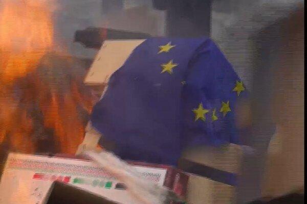 فرانسوی ها پرچم اتحادیه اروپا را به آتش کشیدند