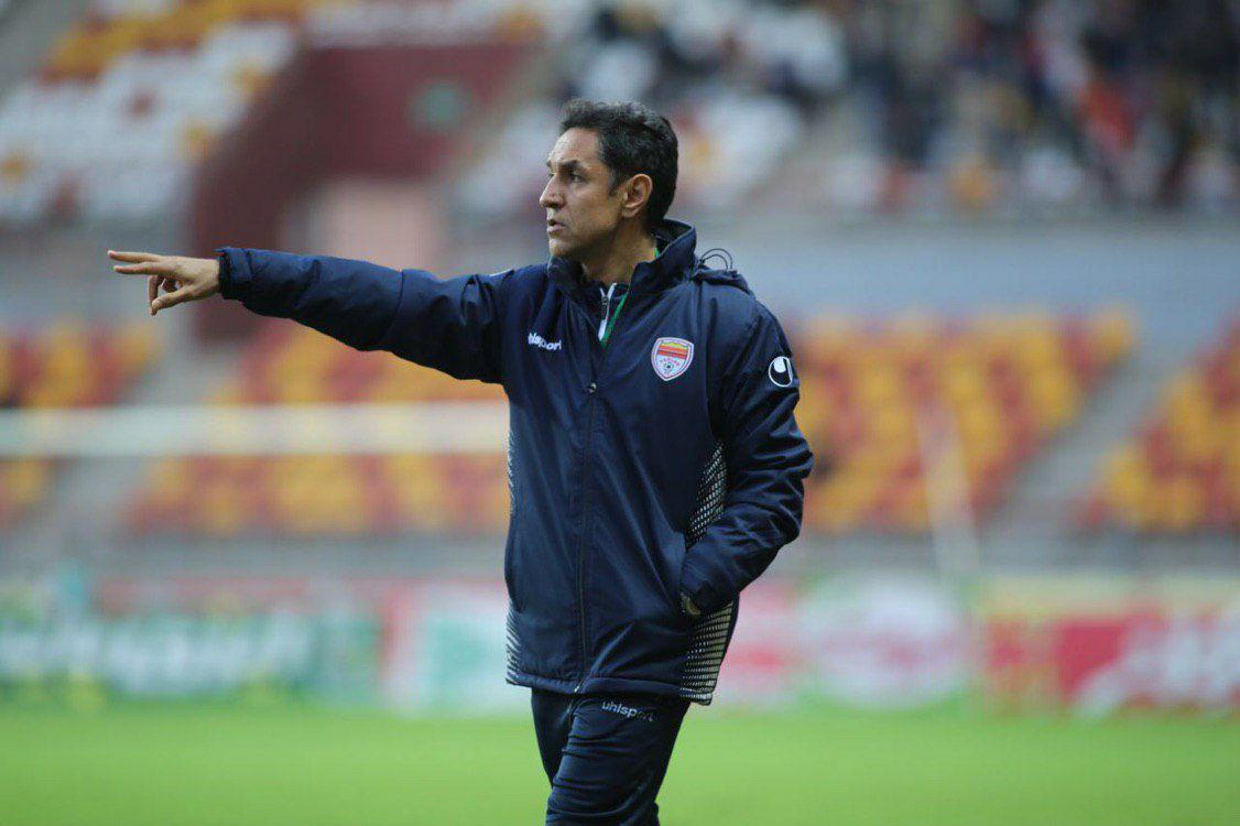مربی فولاد خوزستان: داور بازی را برای تیم نساجی درآورد