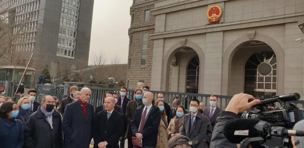 تجمع دیپلمات ها در مقابل دادگاه تبعه کانادایی متهم به جاسوسی از چین